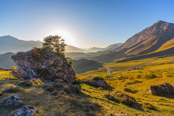Eine Wiese im Kaukasus bei Sonnenaufgang.